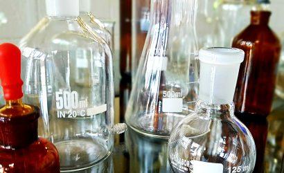Conheça a História do Erlenmeyer – Vidraria de Laboratório.