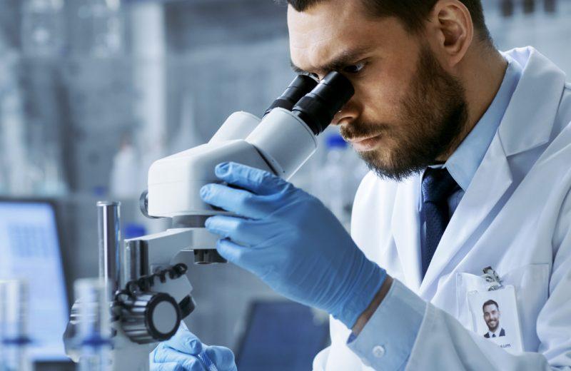 O que é um Microscópio Óptico Trinocular e como ele funciona?